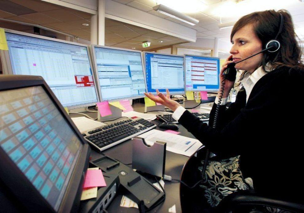 Med to telefoner og femskjermer holder «head ofemissions desk» Anne-MaritRudby orden på handelenmed utslippstillatelser påkraftbørsen Nord Pool. Nesteår kobler Norge seg på EUssystem for utslippstillatelser.