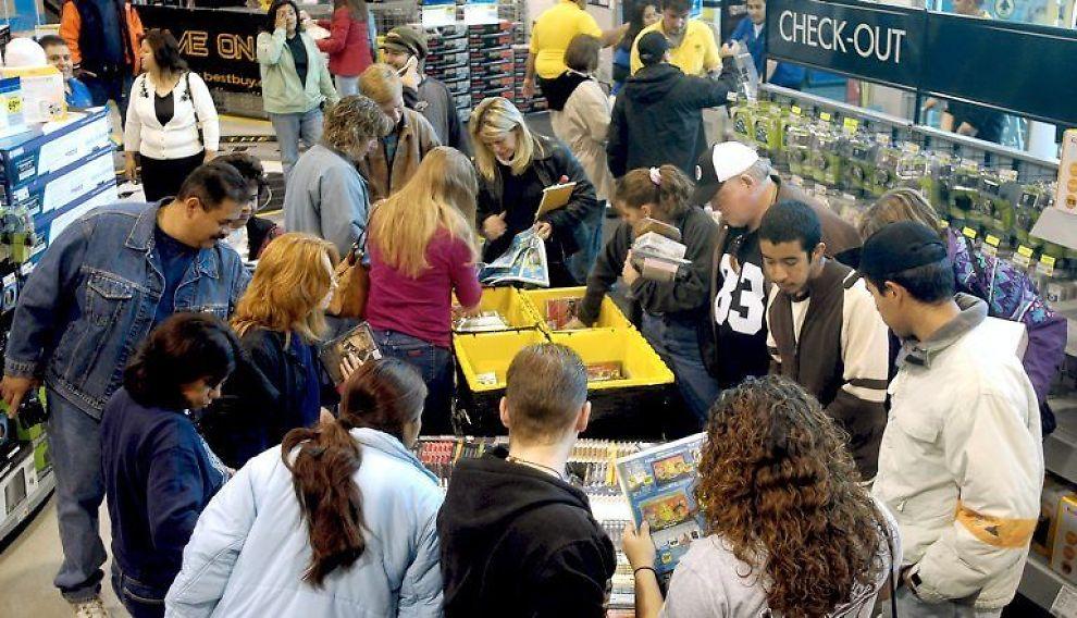 <b>TRANGT:</b> I butikken Best Buy var mange på utkikk etter gode tilbud fredag.