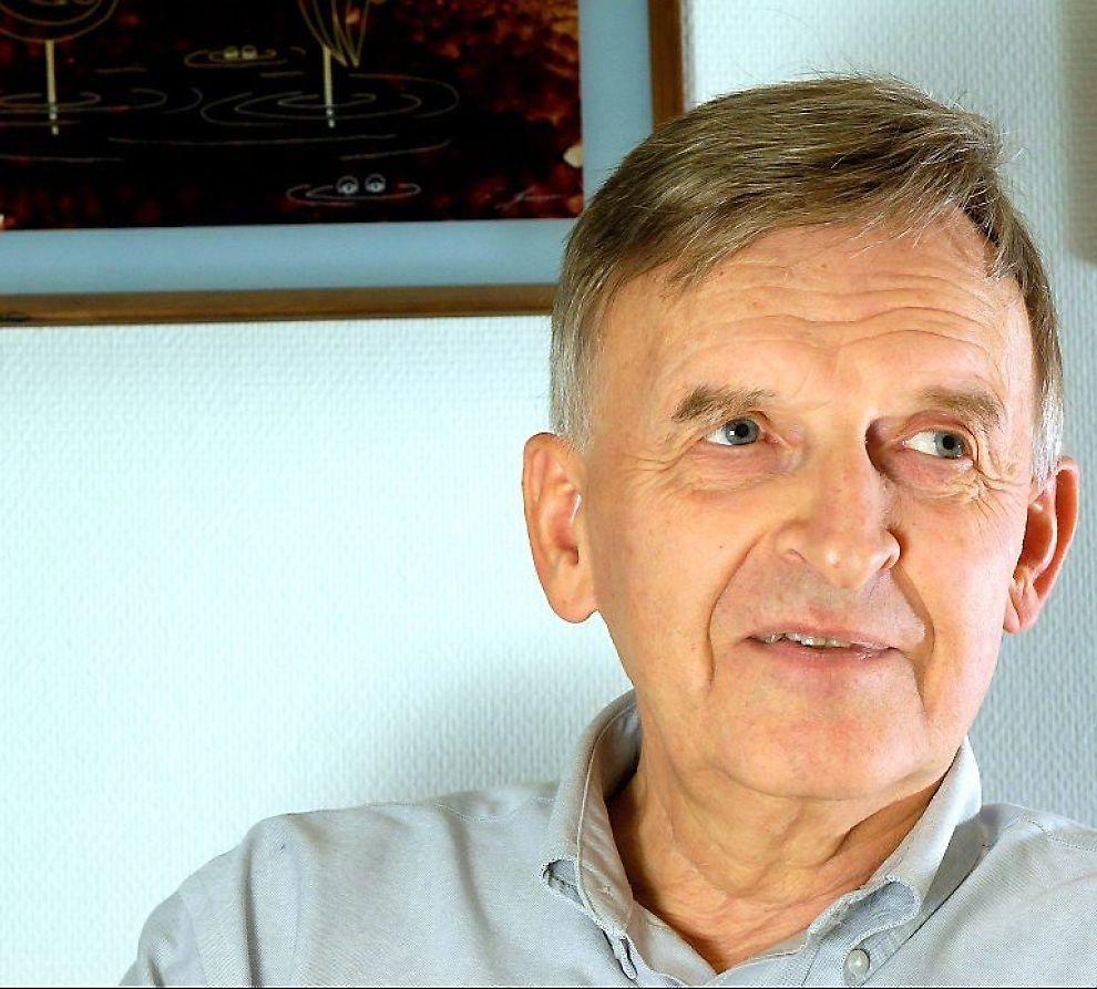 Mange har nok trukket på smilebåndet over produktutvalget i Ivar S. Løges postordrekataloger.Men gründeren kan trygt smile tilbake: Han har tjent nærmere en milliard på salg av klær ogsnurrepiperier og gode aksjeinvesteringer.