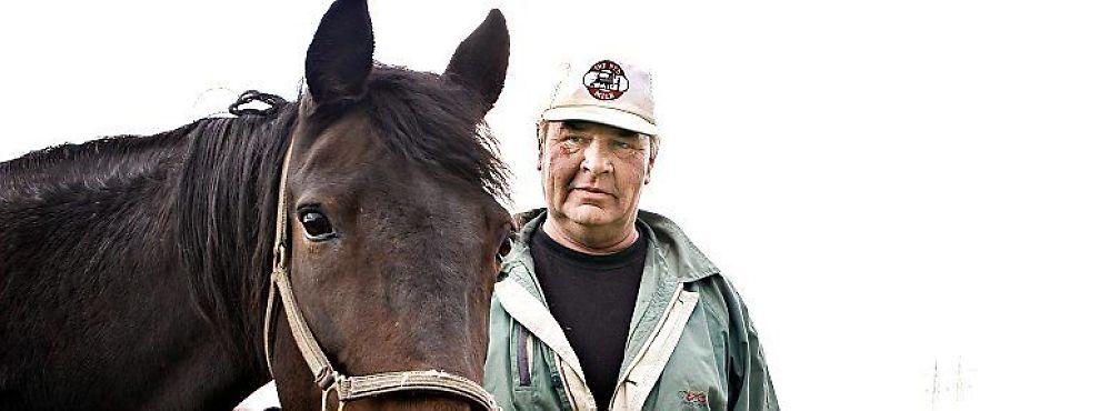 """Takket være gode venner har han fortsatt kontakt med hestene han måtte selge da kemneren slo ham konkurs. Bare i kontakten med """"Rare Gift"""" og de andre på stallen greier Hans Norum glimtvis å glemme skattegjelden som ødela livet hans."""