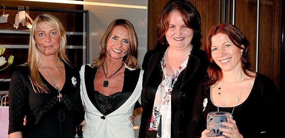 """Charlotte Bjørn Gamst (til høyre) og Mette Grimsgaard (til venstre) i Handysize ble fredag året til """"Årets kvinnelige gründer"""" av magasinet Henne. Her sammen med nærings- og handelsminister Syliva Brustad (nummer to fra høyre), som delte ut prisen, og redaktør Ellen Arnstad."""