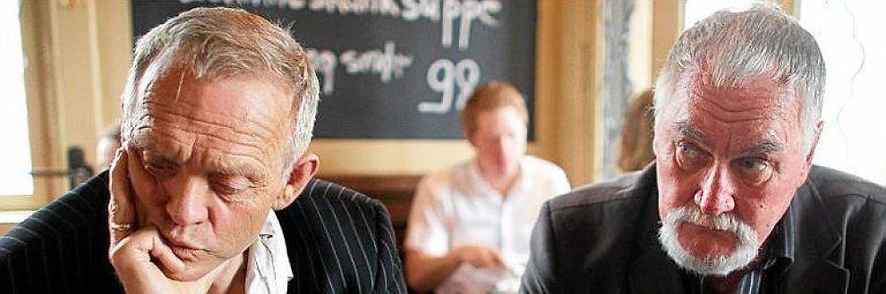 <b>SKUFFET:</b> Hasse Bergstrøm (t.v) og Steinar Øyhaugen leder opprøret mot samboerparet som er siktet for millionbedrageri. I går var de på kafé i Oslo og forteller nå hvordan familie og venner lot seg lokke med.