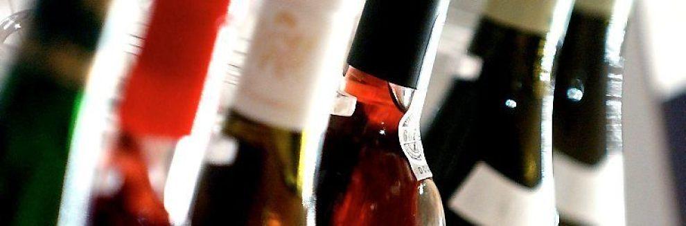 <b> VIN LIKESTILLES: </b> Finansdepartementet vil likestille vin og øl når det gjelder fradragsrett for bevertning av forretningsforbindelser.