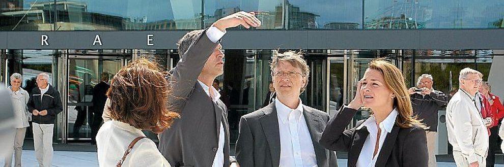 <b>SÅ MYE SKAL VI GI:</b> Jens Stoltenberg møtte Bill og Melinda Gates utenfor operaen før samtalene om fattigdomsbekjempelse. Til venstre Stoltenbergs kone Ingrid Schulerud.