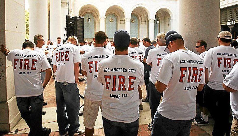 <b>FALLET BREMSER OPP:</b> Bekymrede brannmenn i Los Angeles lytter til en kunngjøring omnedskjæringer i byens budsjett.
