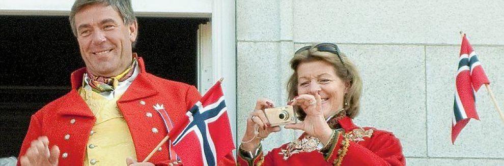 TIL SVEITS: Her feirer Stein Erik Hagen og kona Mille Marie Treschow 17. mai i Oslo. Det vil det kanskje bli slutt på.