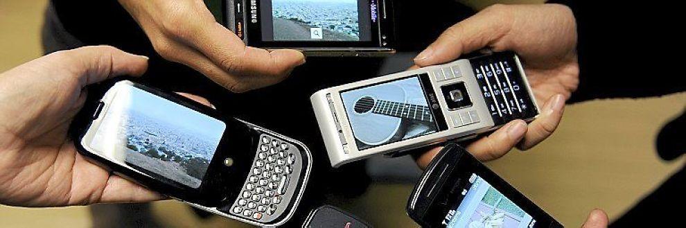 SMARTTELEFONER: Microsoft lager operativsystemer for telefoner blant annet fra Samsung og Motorola. Her vises et utvalg smarttelefoner fra forskjellige merker.
