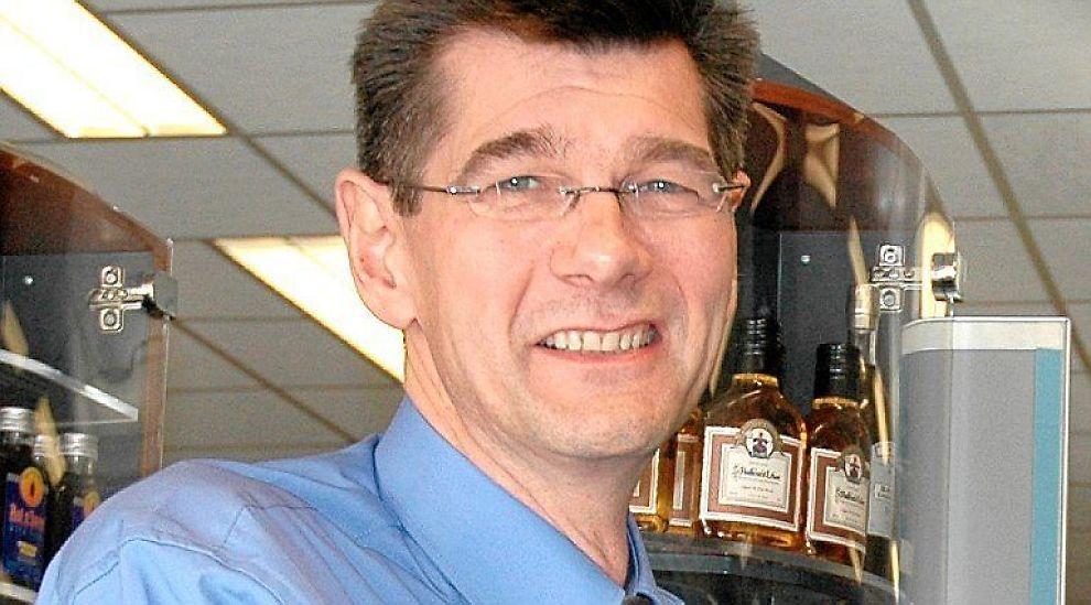 <b>SJEF PÅ GULVET</b>: Administrerende direktør Kai G. Henriksen tar gjerne en økt i kassen på Vinmonpolet. Det mener han gjør ham til en bedre leder.