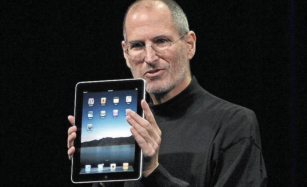 <b> DOBLET: </b> Steve Jobs med iPad, har trolig solgt dobbelt så mange enheter av datamaskinen som først antatt.