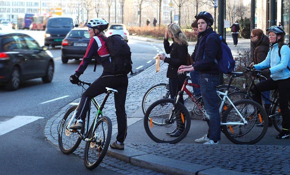 <b>DÅRLIGE FORHOLD:</b> Syklister blir ofte skvist i trafikken.