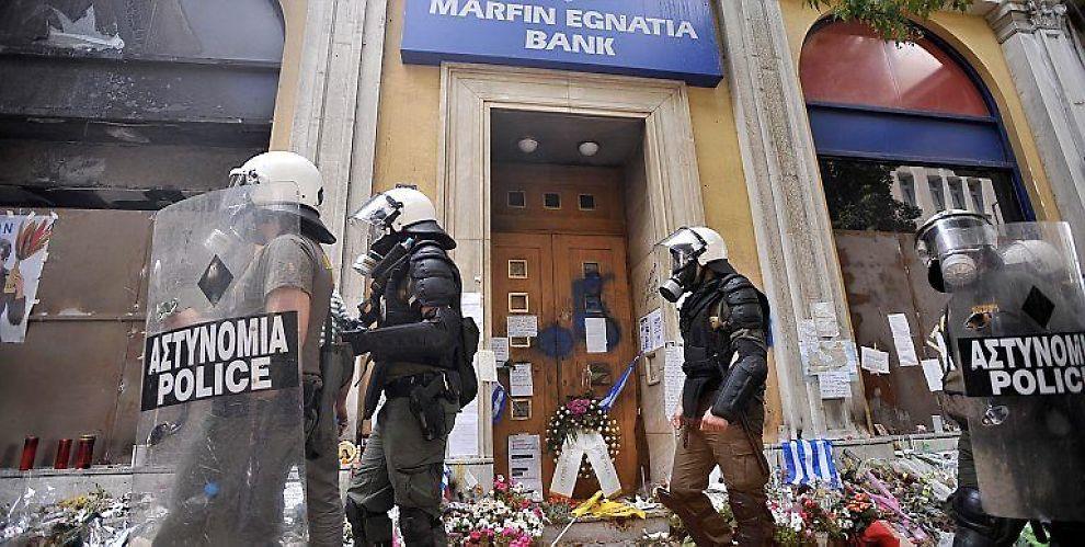 MER SOSIAL URO kan bli følgen når kostnaden ved bankenes fallitt lempes over på folk flest. Her etter opptøyene i Aten i mai, der fire bankansatte mistet livet.