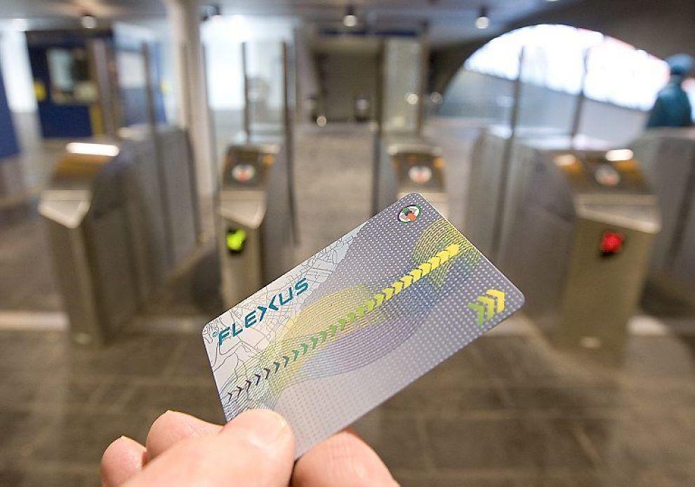 MILLIONSLUK: Det elektroniske reisekortet Flexus har en budsjettsprekk på 100 millioner kroner. I bakgrunnen de berømmelige sperringene.