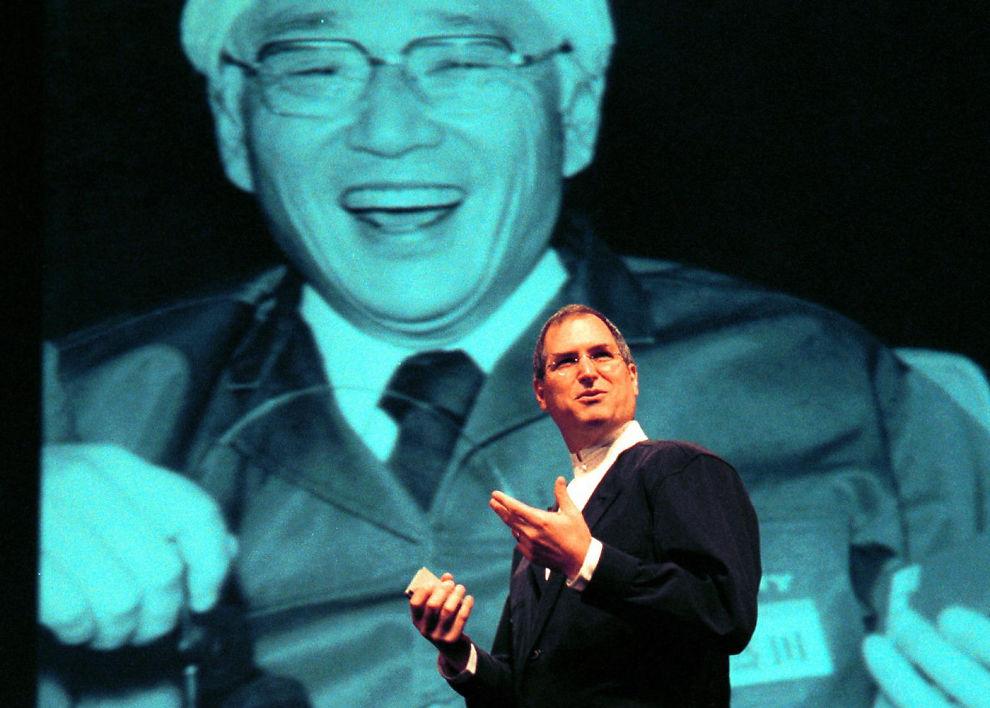 SONY+APPLE?: Det ryktes om gigantoppkjøp i aksjemarkedet. Her er Apple-konsernsjef og grunnlegger Steve Jobs i 1999, der han hyllet Sonys medgrunnlegger Akio Morita.
