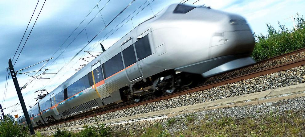 FOR FORT?: Flytoget kjører ikke i krabbegir. Ifølge spaltisten kunne det være lurt å ta seg bedre tid da togprosjektet ble startet.