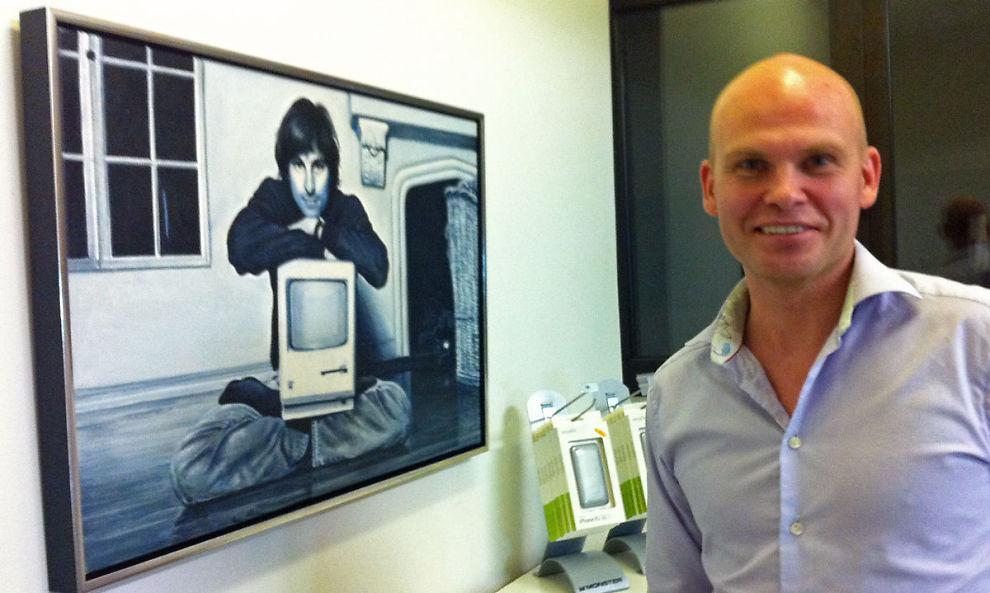iPOD-DOKTOREN: Dr. iPod har fikset knuste telefoner i en årrekke. Nå skal han lansere en etui-serie for å forhindre uhell for eierne. Her er han foran sitt maleri av idolet, Steve Jobs.