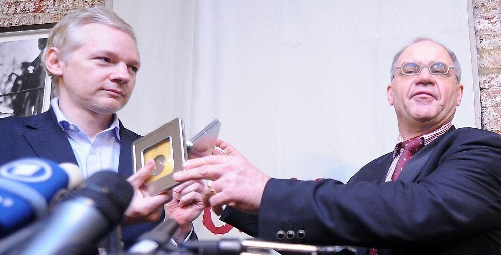 INFOSLIPP: - Dokumentene viser at de gjemmer seg bak bankhemmeligheter, kanskje for å unngå skatt, sa den sveitsiske varsleren Rudolf Elmer. Her fra pressekonferansen der bankdokumentene ble gitt til Wikileaks-talsmann Julian Assange.
