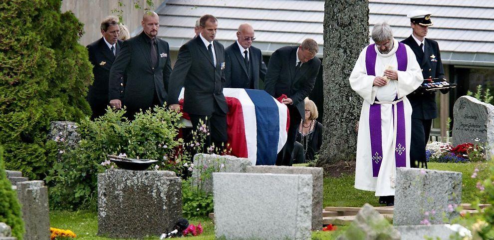 Trond André Bolle ble bisatt fra en fullsatt Hoff kirke på Toten i fjor. Nå har han fått krigskorset.