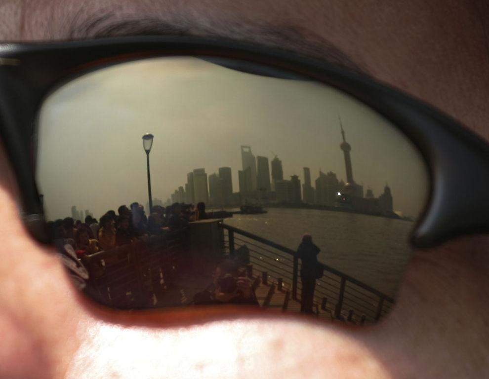BOLIGBOBLE: Fitch Rating frykter bankkrise i Kina forårsaket av boligboble og utlånsvekst. Her er en turist i Shanghai.