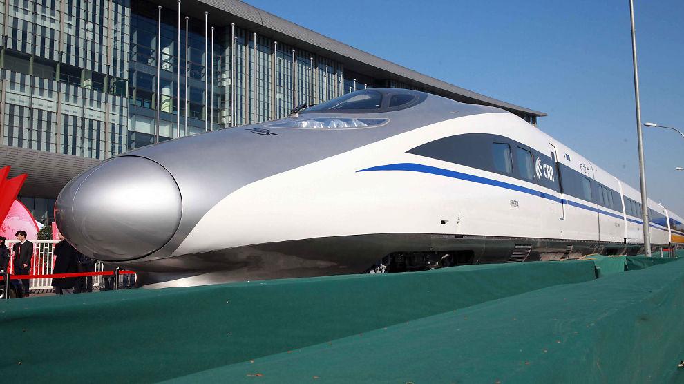 HAR LYST PÅ SLIKE: Mange ønsker høyhastighetstog i Norge. Dette er en modell som Kina viste frem i forbindelse med avviklingen av Folkekongressen denne uken.