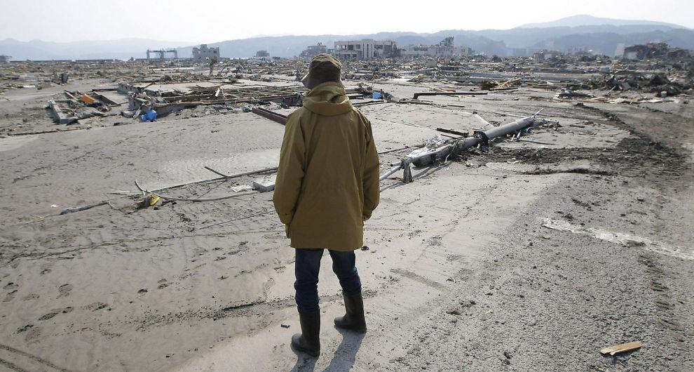 <p>RASERT: En mann ser på ødeleggelsene i byen Minamisanrikua 13. mars 2011.</p>