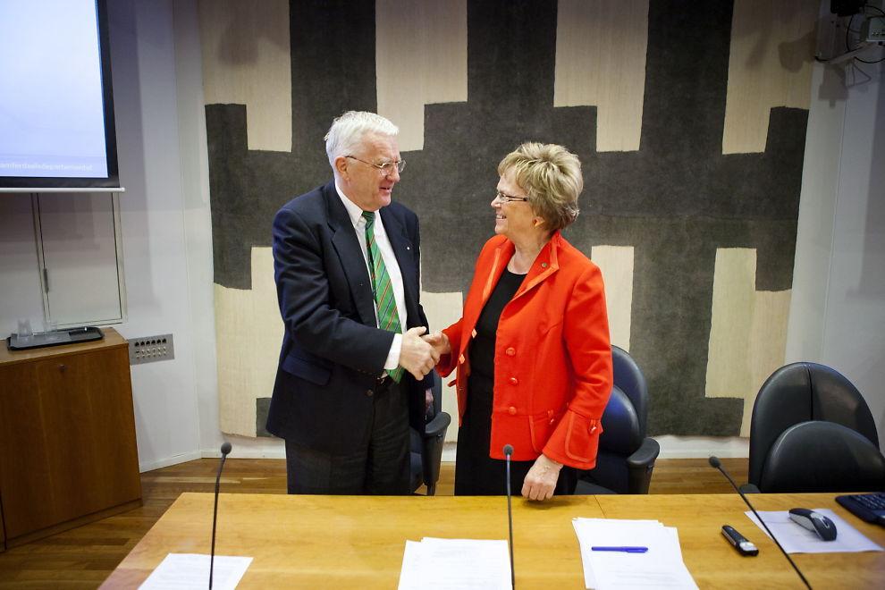 STORAVTALE: Trygve Hegnar, styreformann i Hurtigruten ASA, og samferdselsminister Magnhild Meltveit Kleppa (Sp) signerer en ny avtale for statlig kjøp av transporttjenester på kystruten Bergen - Kirkenes for perioden 2012 - 2019.
