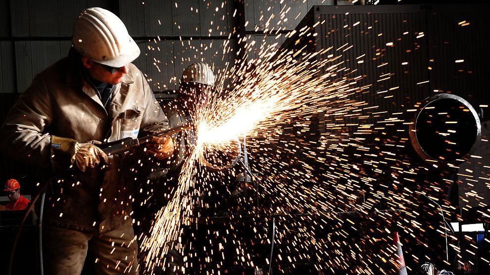 HØYT TEMPO I TYSKLAND: Stålarbeiderne hos Hüttenwerke Krupp i Duisburg står på for å matche stigende etterspørsel.