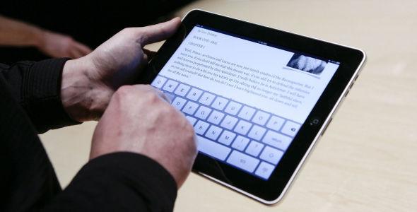 UTVIKLING: Stadig bedre teknologi gjør nordmenn mer og mer tilgjenge og bidrar til å flytte kontoret ut av de faste lokalene, her representert av Apples iPad.