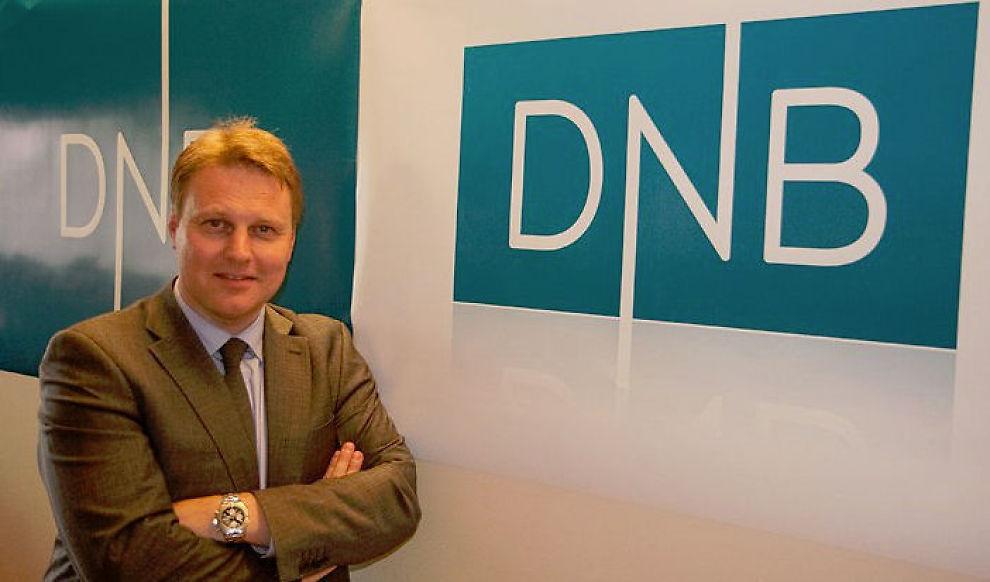 TYNNE LINJER: Kommunikasjonsdirektør Trond Bentestuen viser frem den nye logoen. Selve logoen kostet mellom 13 og 17 millioner kroner.