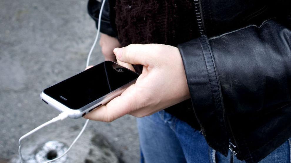 FINNER IKKE FEILEN: Telenor har ikke funnet årsaken til at de over hele landet er problemer med mobilnettet fredag. / SCANPIX NB! Modellklarert