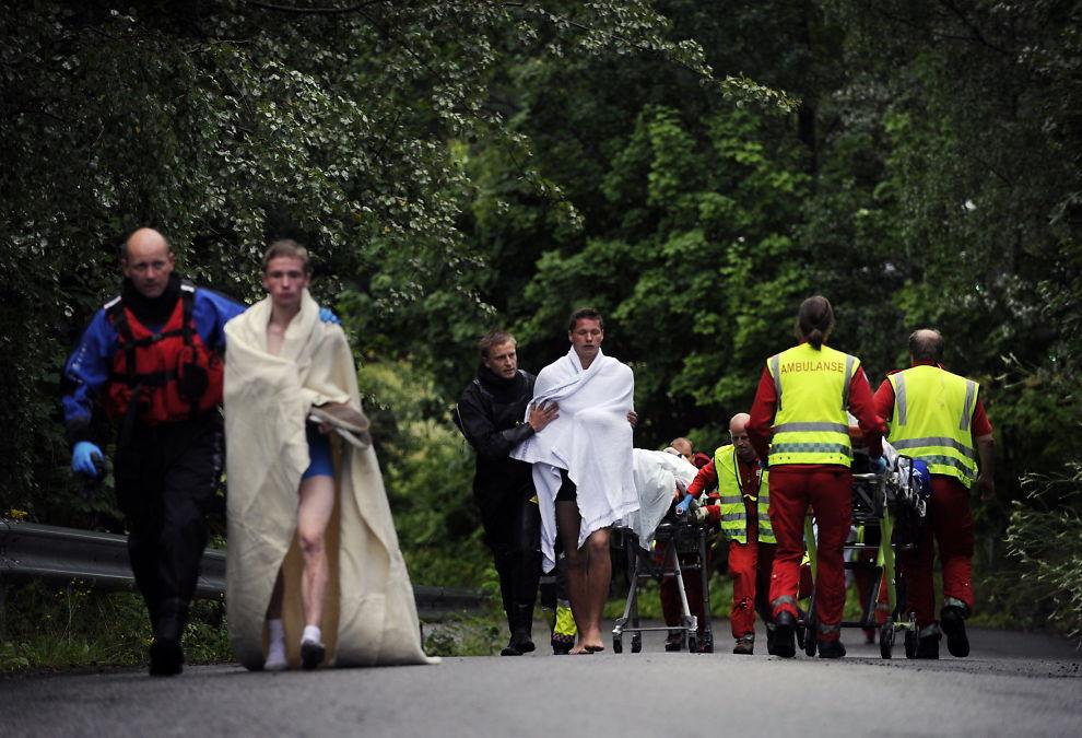 Ungdommer fraktes vekk fra AUF's leir på Utøya hvor flere ble drept fredag ettermiddag.