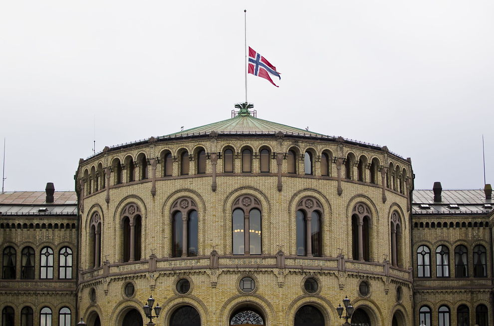 HALV STANG: Flagget hang på halv stang på taket av Stortinget lørdag formiddag.