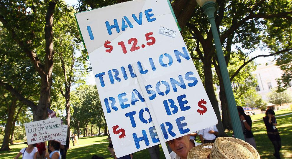 MOT GJELD: En Tea Party-aktivist demonsterer mot USAs budsjettunderskudd i Washington 27. juni.