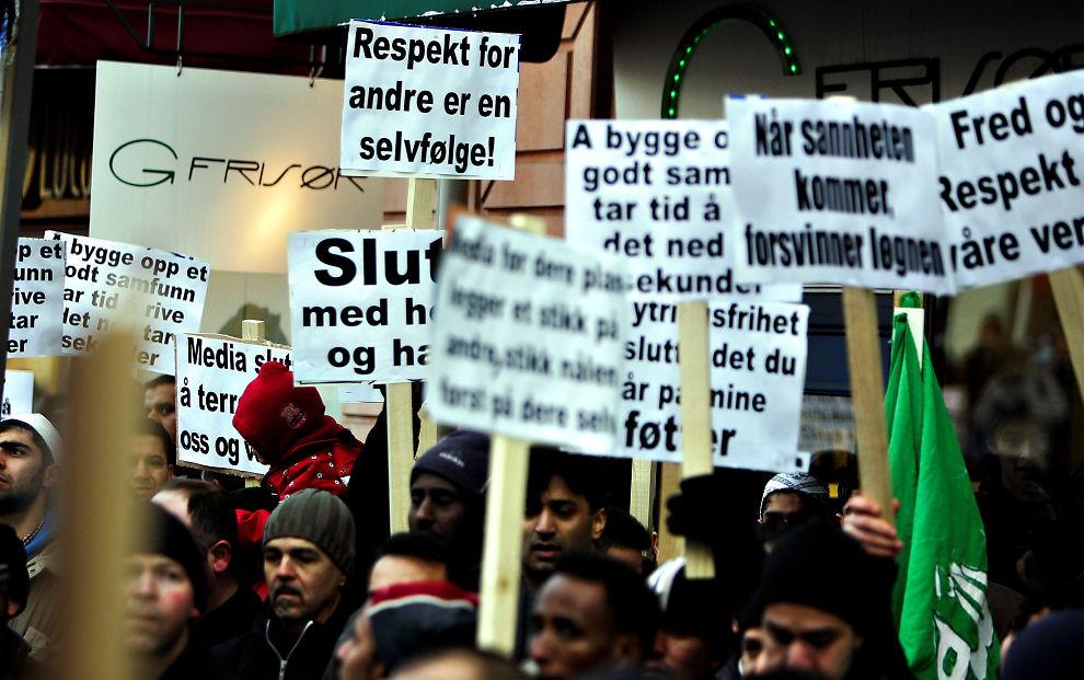 Å BYGGE TAR TID, Å RIVE TAR SEKUNDER: Slik så det ut da karikaturstriden raste for fullt i Norge.