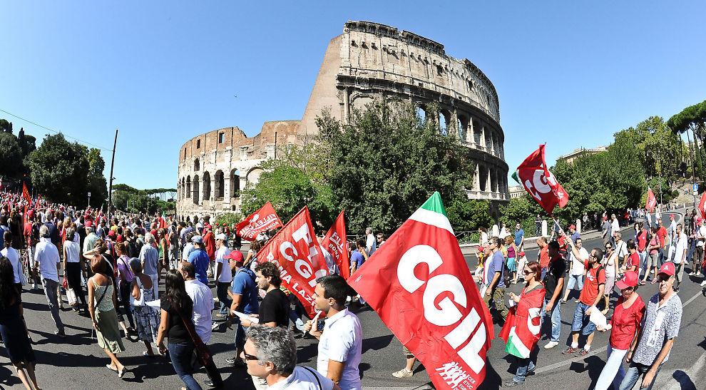 Arbeidere går i tog utenfor Colosseum i Roma, under en demonstrasjon organisert av General Confederation of Italian Workers (CGIL) 6. september i år. Som vanlig var temaet for demonstrasjonen de kraftige innstrammingene i det offentlige forbruket.