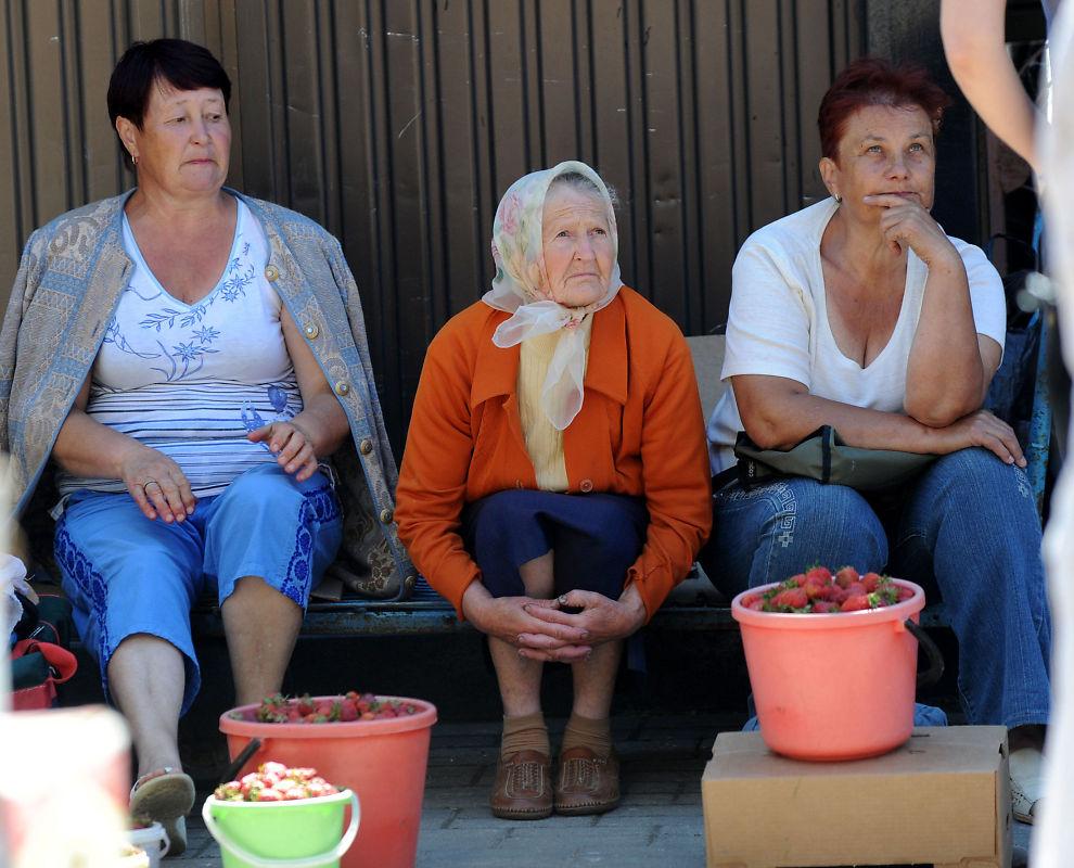 SELGER FRA EGEN HAGE: Etter at den hviterussiske rubelen svekket seg med over 30 prosent i sommer, er det meste blitt dyrere for landets innbyggere. Disse kvinnene prøver å spe på pensjonen ved å selge jordbær i byen Mogilev, 200 kilometer øst for Minsk.