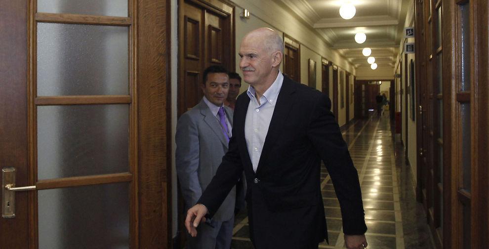 <p>KUTTER: Den greske statsminister George Papandreoupå vei inn til regjeringsmøte 15. september, der ytterligere kutt og skatteøkninger ble diskutert.</p>