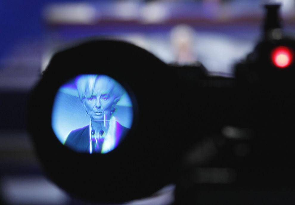 <p>SKREMMENDE: Sjefen for IMF, Christine Lagarde, brukte store ord for å beskrive krisen i Eurosonen. Her er hun fotografert gjennom søkeren på et TV-kamera som filmet pressekonferansen sent lørdag kveld.</p>