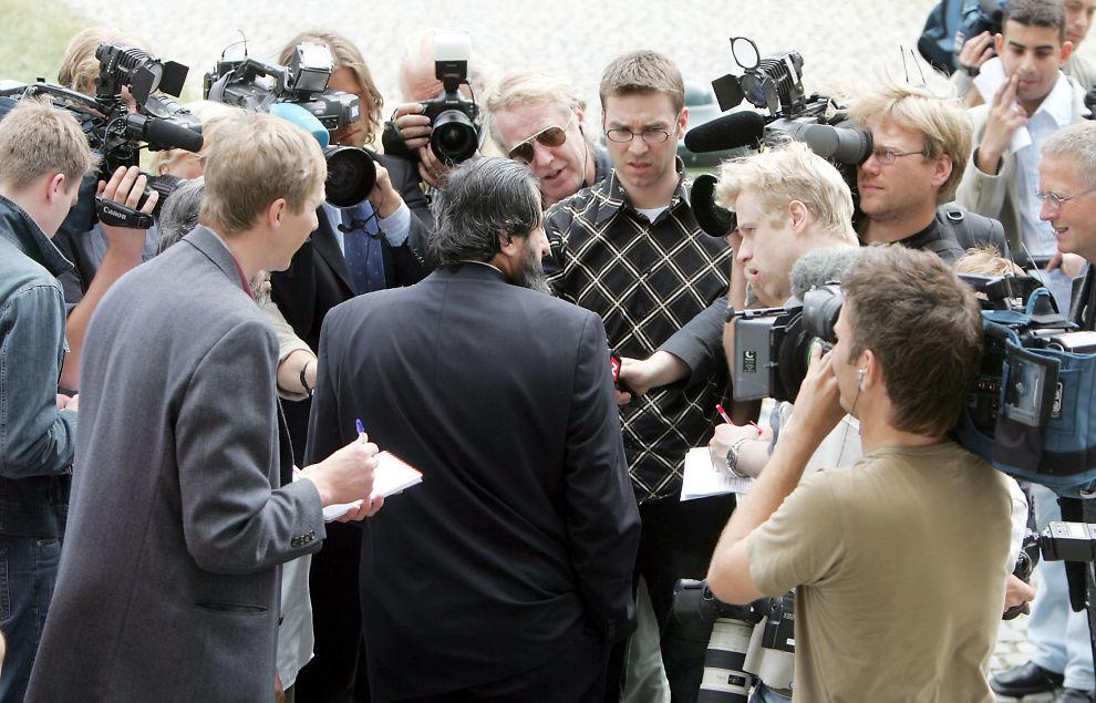 Oslo. Mullah Krekar går til sak mot UDI og Økokrim. Her møter han pressen. Her er han omsvermet av pressefolk etter at Riksadvokaten henla terroranklagene mot ham. FOTO: MATTIS SANDBLAD