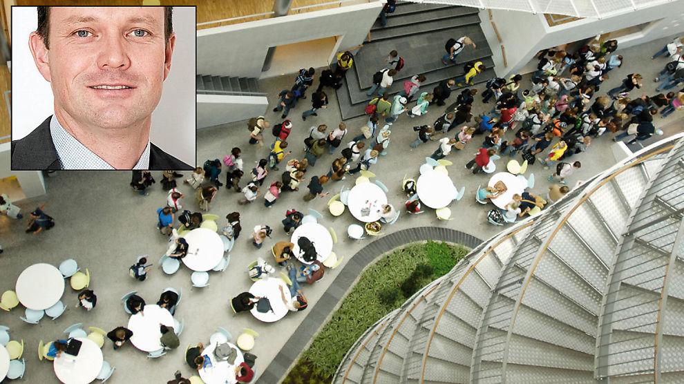 HODEJAKT: Kampen om å finne de beste talentene er stor, mener Svein Olsen, direktør i Mercuri Urval. Her fra Handelshøyskolen BI i Oslo.