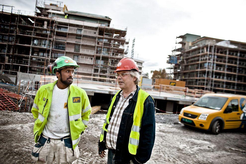 I MINDRETALL: Leder av Oslo bygningsarbeiderforening Petter Vellesen og tillitsvalgt i AF Gruppen, Siva Krishna, sier bare ni av 58 bygningsarbeidere på dette boligprosjektet i Rolfsbukta i Oslo jobber i AF.