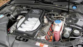 BROM-BROM: I Audi S5 finner man en variant av merkets 4,2 liters FSI V8er. I RS4 har de tatt ut over 400 hester av samme blokka, men 354, som det er i S5, er rikelig det og.
