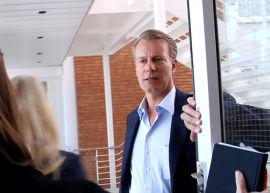 GENTLEMAN: Johan H. Andresen holder døren åpen for Sandra og E24s journalist på vei ut av Ferds kontorlokaler i «Godthåb» på Lysaker Brygge.
