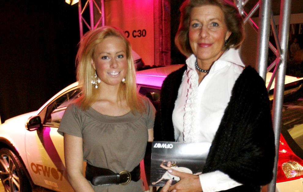 MOR og DATTER: Victoria Marie Stang Treschow har overtatt 100 prosent av aksjene i investeringsselskapet Fresje AS fra sin mor, Mille Marie Treschow. Her er de avbildet sammen i høst, på Oslo Fashion Week.