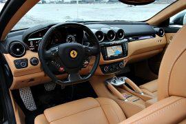 <p>HYPERFUNKSJONELL: Interiøret i en Ferrari har funksjonalitet som hovedpoeng. De har nå samlet mest mulig på rattet, slik at man slipper å flytte hendene.</p>