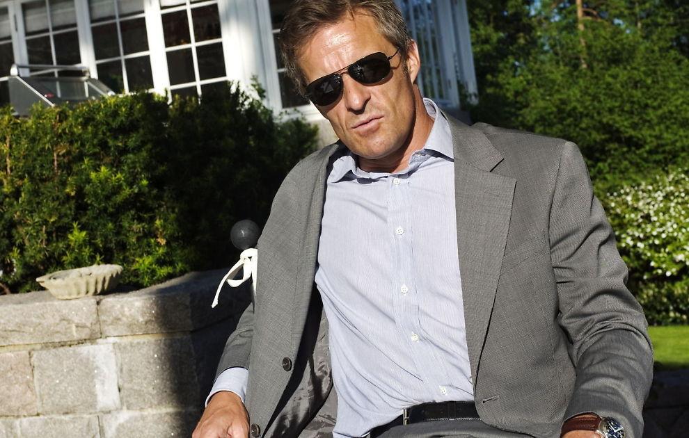 FAR PÅ NY: Jan Haudemann-Andersen i hagen foran huset sitt i 2008, da han uttalte til VG at han ikke liker å se menn trille barnevogn. I januar blir trebarnfaren pappa igjen.