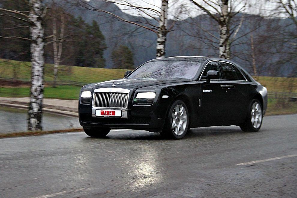 STOR, MEN IKKE STØRST: Rolls Royce Ghost er ikke den største bilen fra fabrikken. Det er Phantom, men det er uansett en grandios bil.