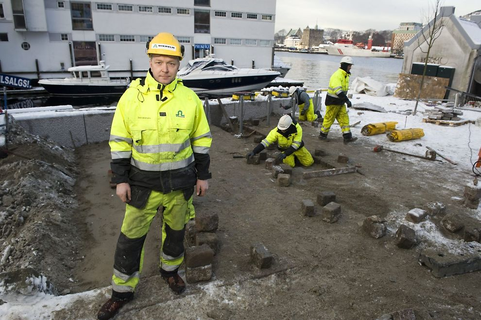 UTE HELE ÅRET: Bedriftseier Stein Wikholm (43) tar avstand fra dem som omtaler enkelte jobber som «polakkarbeid». For tiden jobber flere av de utenlandske arbeiderne hans med å legge ny brostein i sentrumsgatene i Bergen.