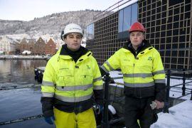 TJENER BEDRE: Grzegorz Bragiel (29) og Karol Zajac (25) jobber på den nye Mathallen som er bygging ved Fisketorget i Bergen.