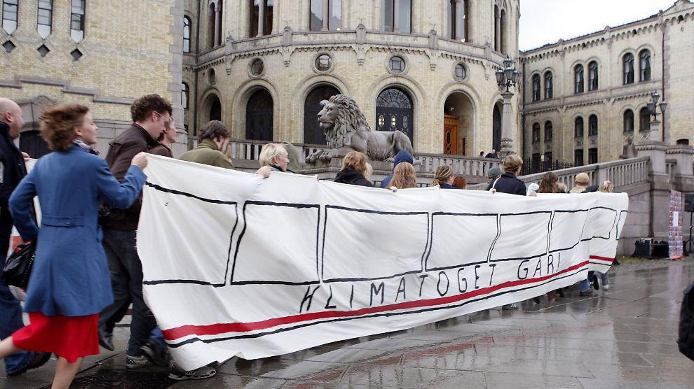 KLIMATOG: Representanter for Landsrådet for Norges barne- og ungdomsorganisasjoner (LNU) dannet I 2008 et lyntog i form av et løpende deomonstrasjonstog foran Stortinget. Aksjonen var ment å markesføre kravet om utbygging av lyntog i Norge.