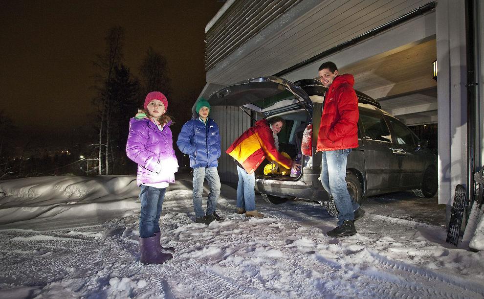 REISEGLADE: Familien Evensen prioriterer å reise på tur så ofte de kan. Hanna (9), Anton (13) og pappa Geir (43) venter mens mamma Tove (41) pakker bilen.